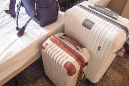 ホテルの部屋のスーツケース