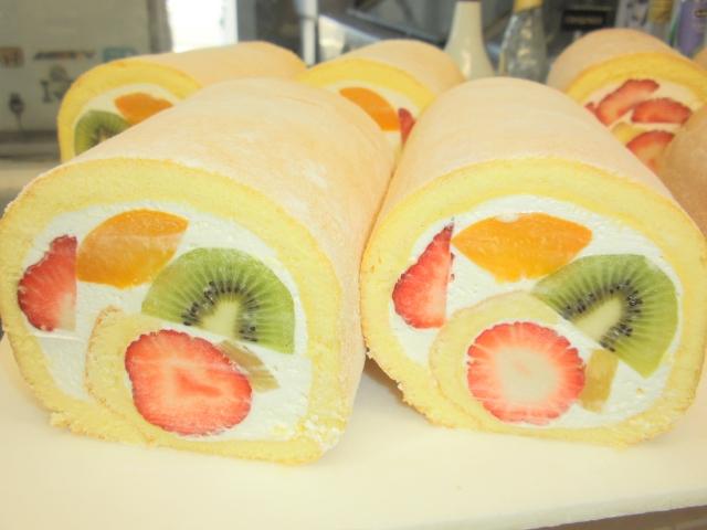 フルーツたっぷりロールケーキ
