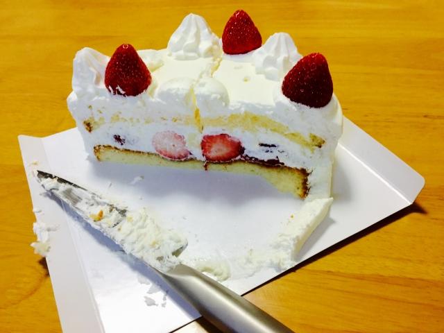 カットされたショートケーキ