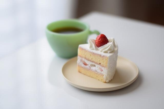 一人分に切られた苺のショートケーキ