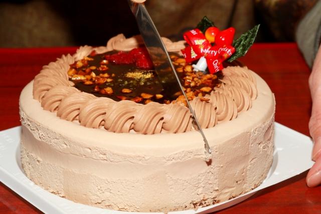 ホールケーキを人数分にカット