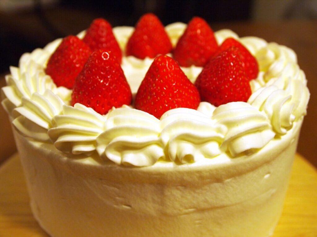 いちごののったホールケーキ