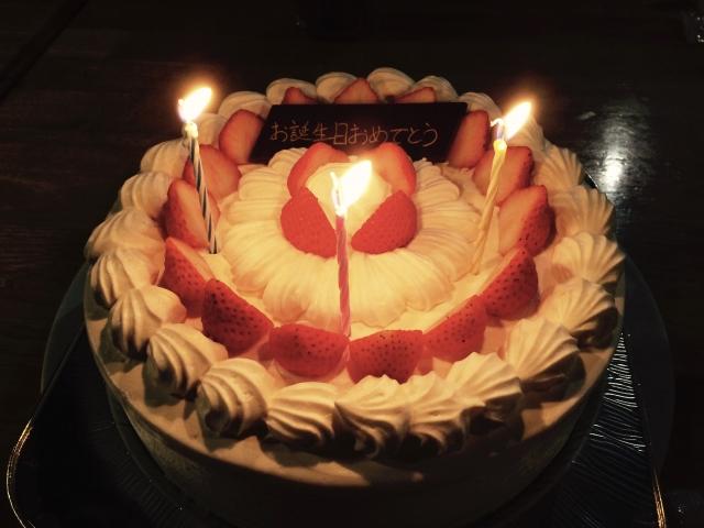 ろうそくが灯るケーキ