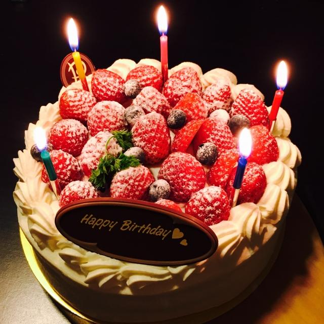 豪華なお祝い用ホールケーキ