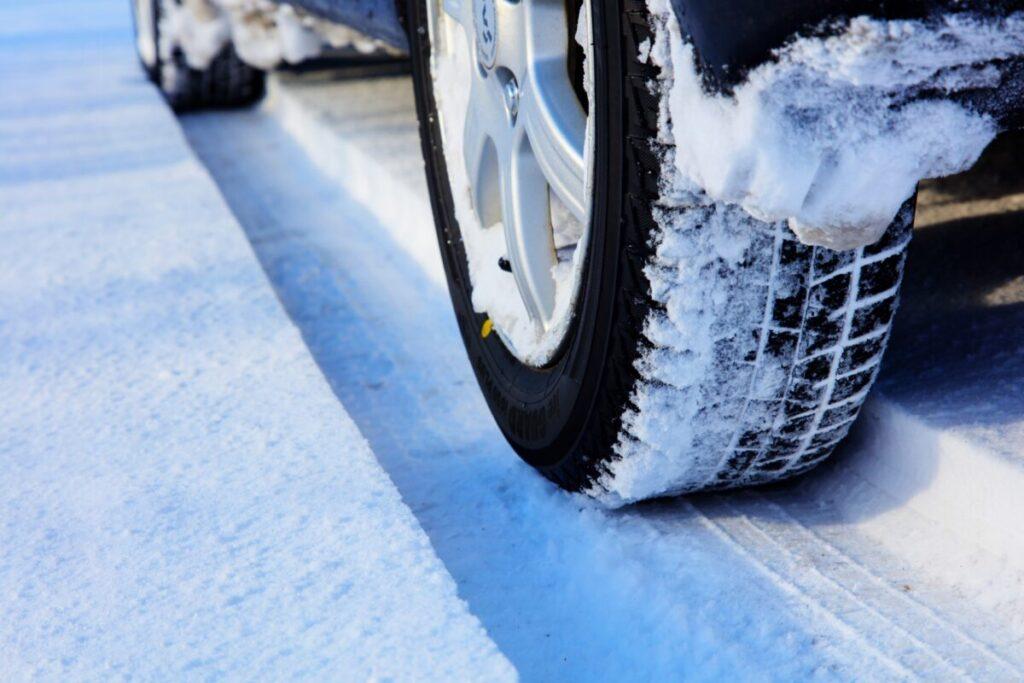 雪道を走る車のタイヤ