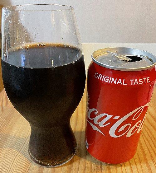 缶コーラを入れたリーデルのコカ・コーラ専用グラス