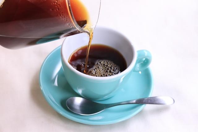 コーヒーが注がれるコーヒーカップ