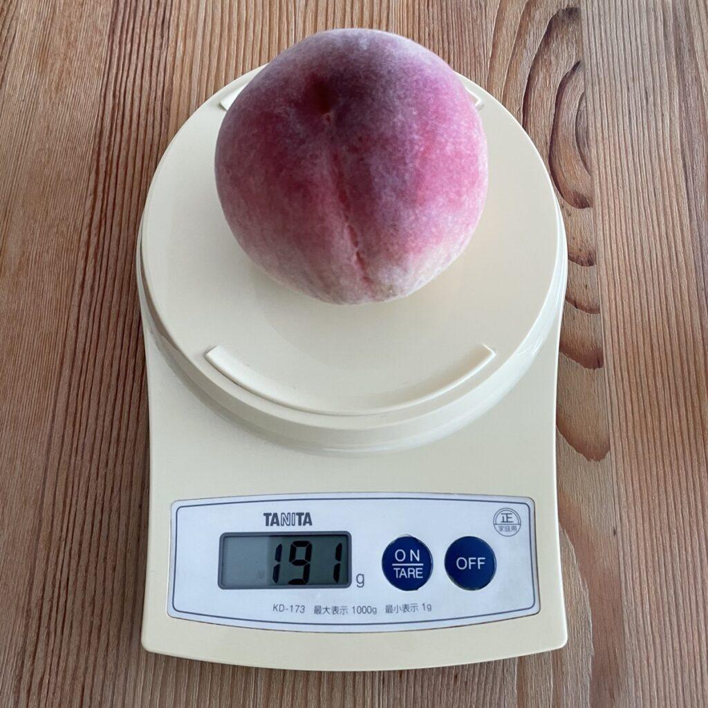 桃の重さをはかるキッチンスケール