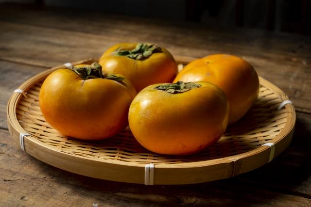 かごに乗った美味しそうな柿